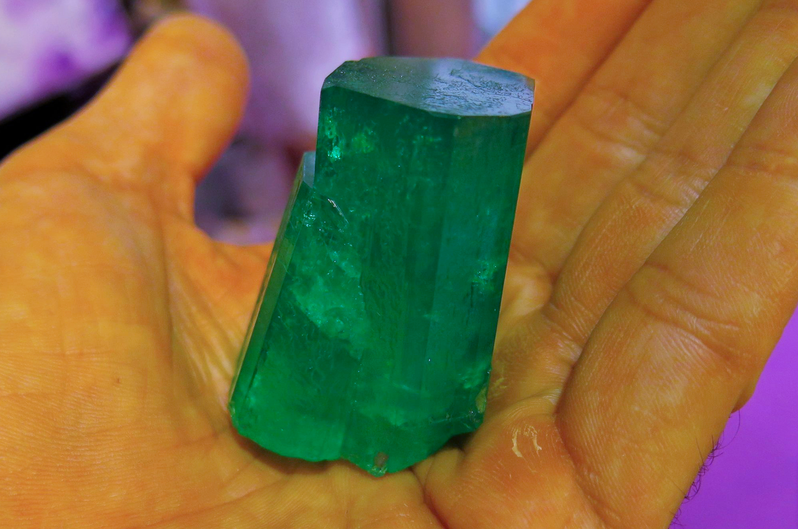 MUZO-EMERALD-CRYSTAL-TOP-COLOR-OF-540-CT_.-Photo-by-Federico-Barlocher