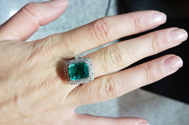 Synthetic flux emerald sourrounded by diamonds. Photo by Fausta Aidala
