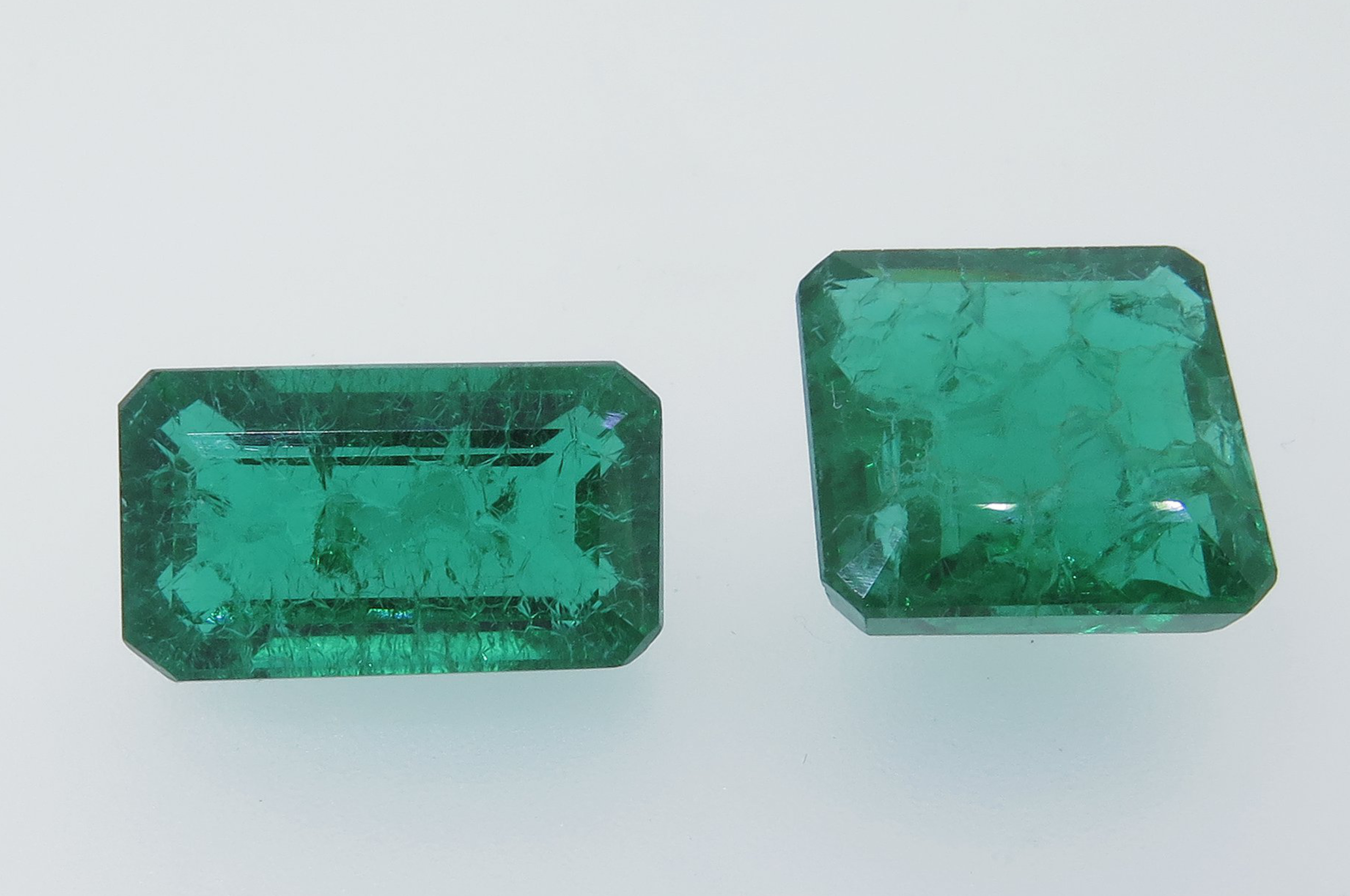 Synthetic glass with honeycomb cracks filled with oil, imitation of Emerald. Photo by Liviano Soprani