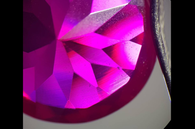 Curved striae in Synthetic Verneuil Ruby. Photo by Felipe C. Pereira.